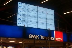 NS tweets op groot scherm station Utrecht