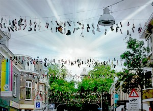 Ziekerstraat Nijmegen slinger schoenen - foto MariannA Bakker 15 0710